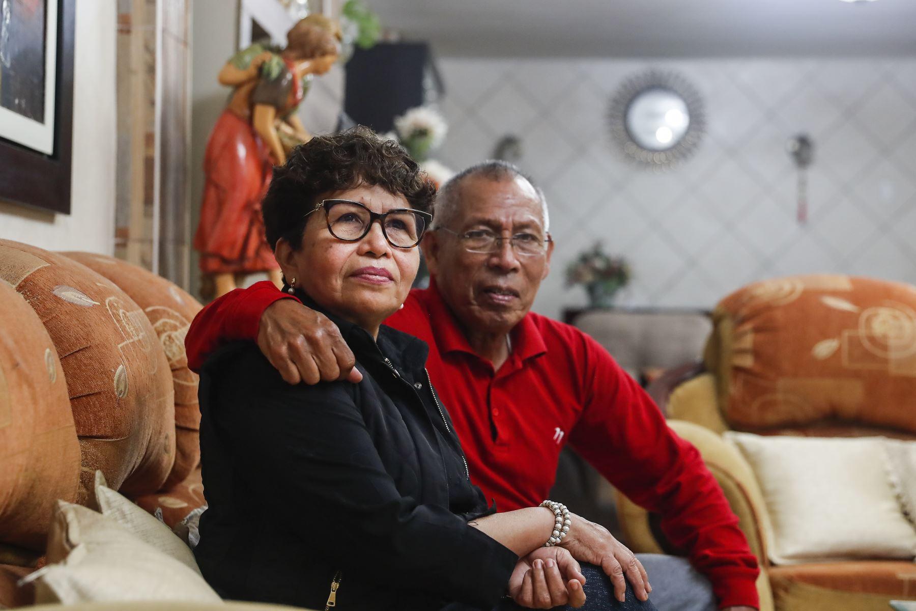 Carmen Rosa recibió a inicios de diciembre de 1999 la noticia de que tenía cáncer en la mama izquierda. Su esposo la apoyó en todo momento. Foto: ANDINA/Renato Pajuelo