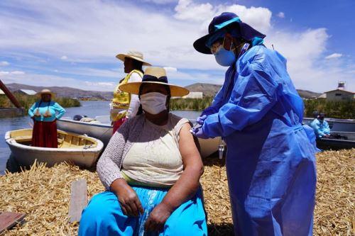 Brigadas itinerantes de salud de Puno intensifican la vacunación contra el covid-19 a los pobladores Los Uros que viven en islas flotantes en el lago Titicaca. ANDINA/Difusión