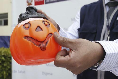 El Minsterio de Salud advierte a los padres de familia tener cuidado a la hora de elegir las máscaras para sus hijos por halloween pues podrían tener presencia de metales como el plomo que afectan la salud. ANDINA/ Minsa