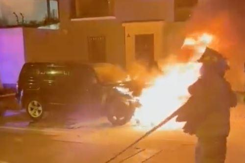 Bomberos se acercaron a apagar el fuego que dos delincuentes provocaron al auto del ex alcalde de Magdalena, Francis Allison.  ANDINA/ Internet