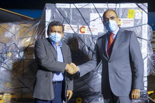 Coronavirus: ministro de Salud recibe lote de vacunas AstraZeneca donadas por España