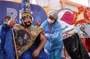 Un jolgorio fue lo que se vivió en la región de Cajamarca luego del ingreso del Ño Vacunatón junto a su comparsa al centro de vacunación del Coliseo San Sebastián. El mítico personaje que da vida a la tradicional fiesta del carnaval cajamarquino fue inoculado con su segunda dosis de la vacuna contra la covid-19.