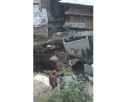 Todo el centro poblado Retamas, ubicado en la provincia de Pataz, estaría en riesgo ante posibles nuevos derrumbes. Foto: Milton Zavaleta de Radio Doble Zeta de Pataz