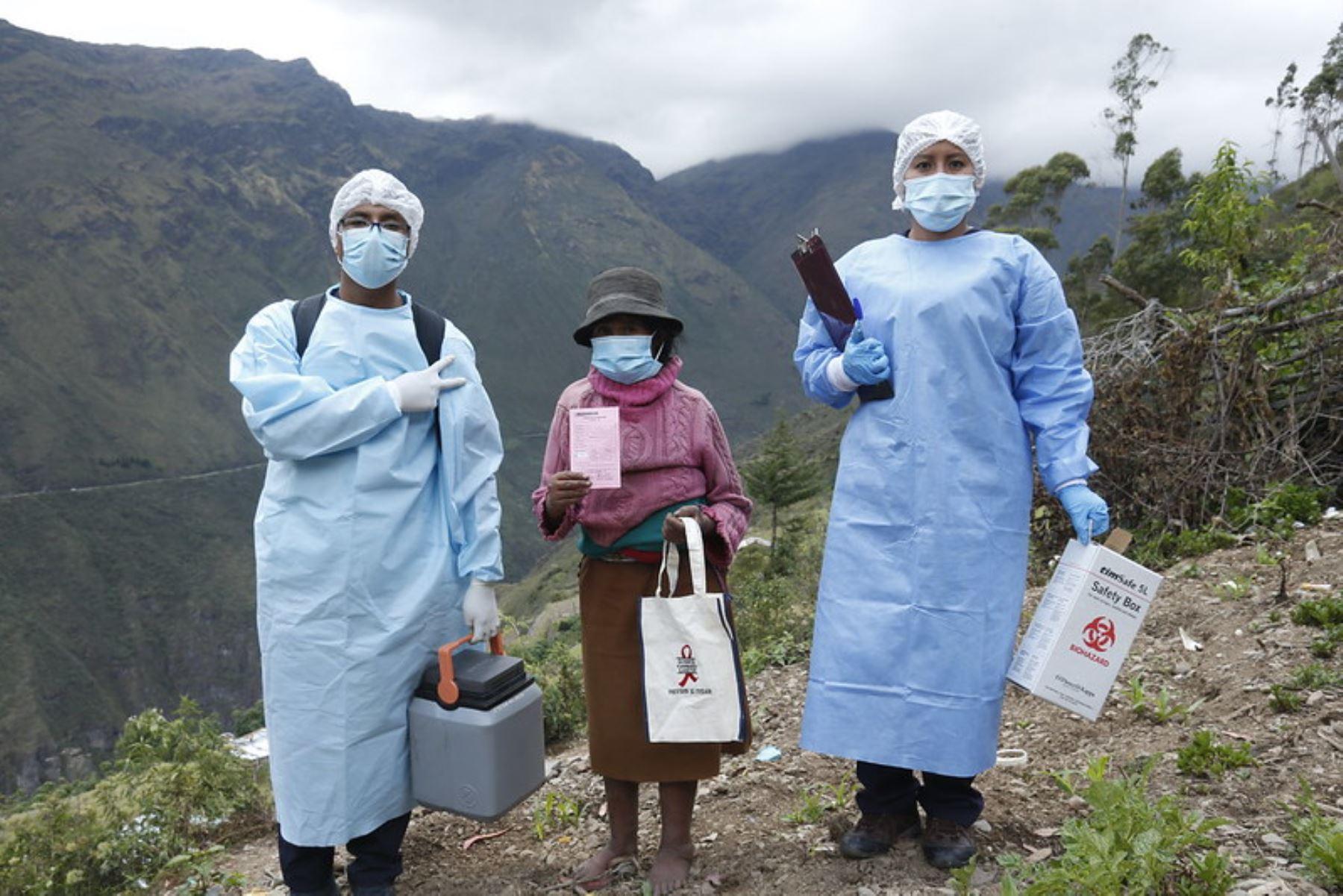 Brigadas de la Red de Salud Sandia visitaron chacra por chacra a las familias de la comunidad de Llamani, región Puno, para reforzar el cierre de brechas de vacunación contra la covid-19. Foto: Minsa