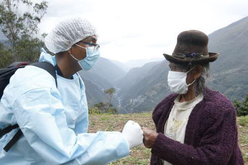 Covid-19: brigadas del Minsa vacunaron casa por casa a pobladores de LLamani en Puno