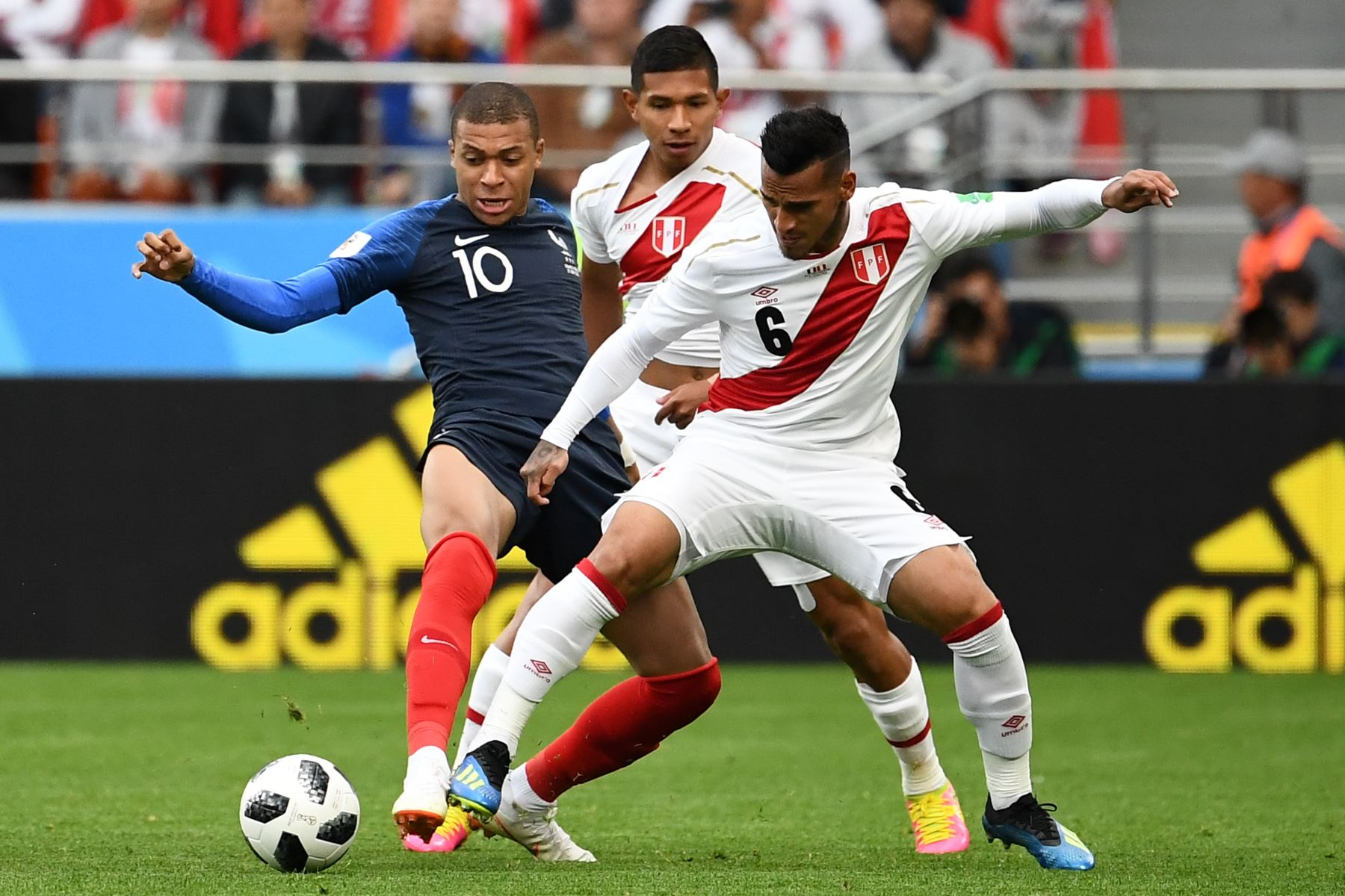 Francia derrotó 1-0 a Perú, que luchó hasta el final
