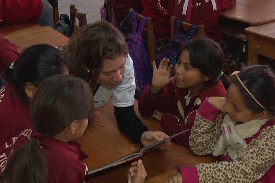 Cuenta cuentos voluntarios inculcan amor por la lectura a escolares