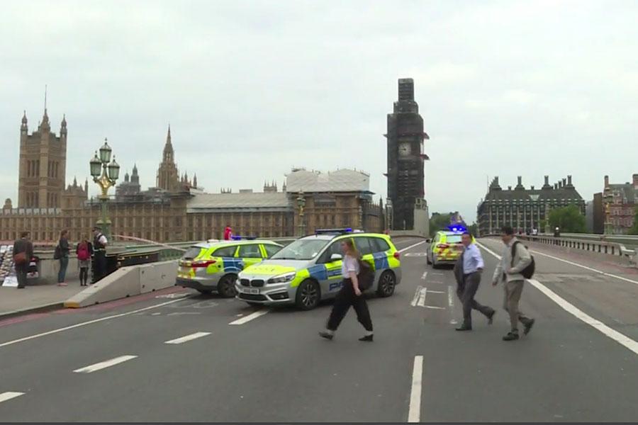 Varios heridos al estrellarse auto contra Parlamento de Londres