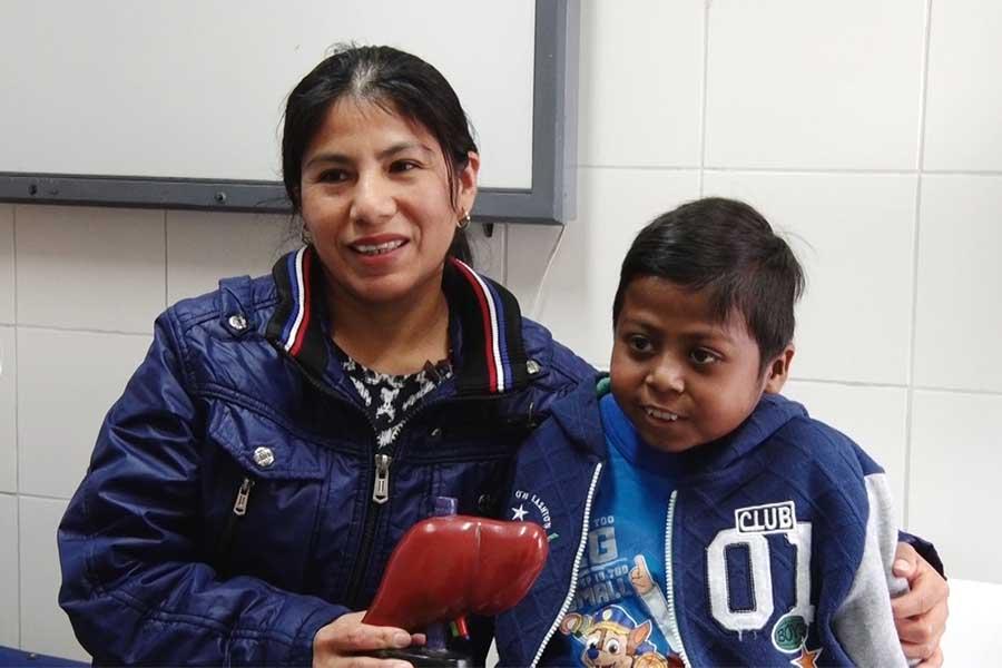 Proeza médica: niño vive con medio hígado donado