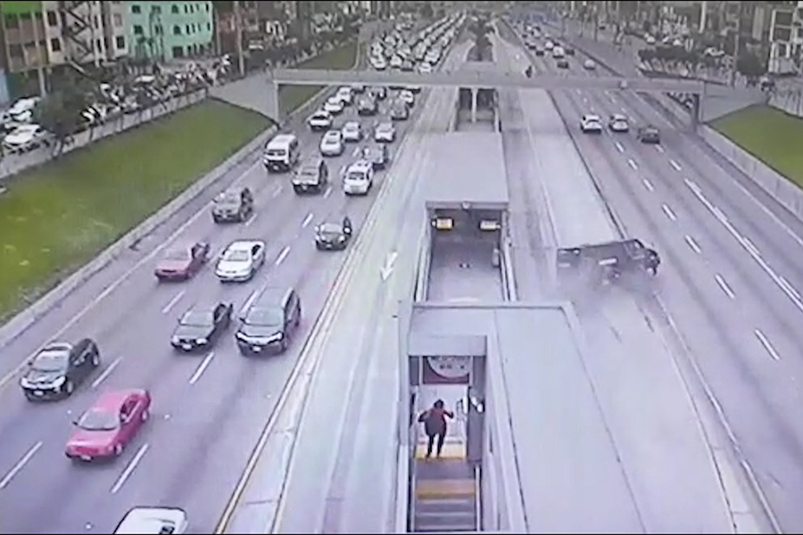Camión de Hermes se vuelca en la vía del Metropolitano