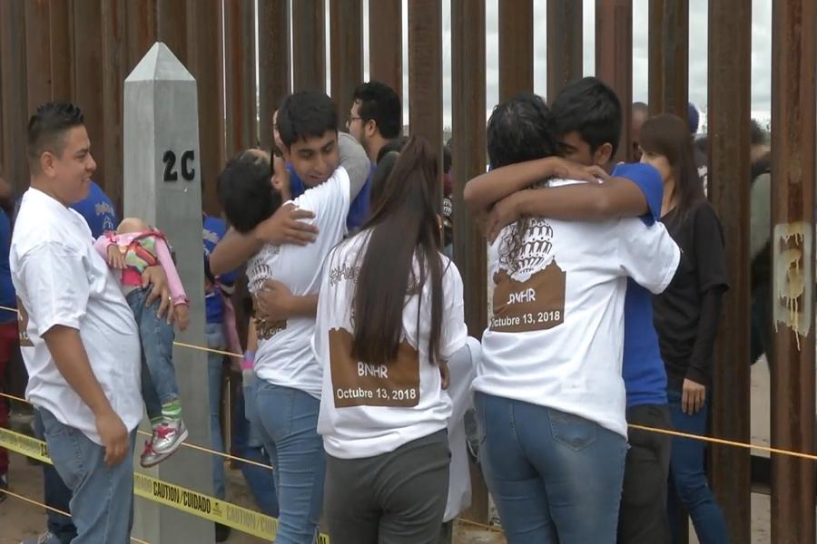 Un muro de abrazos en la frontera entre México y EEUU