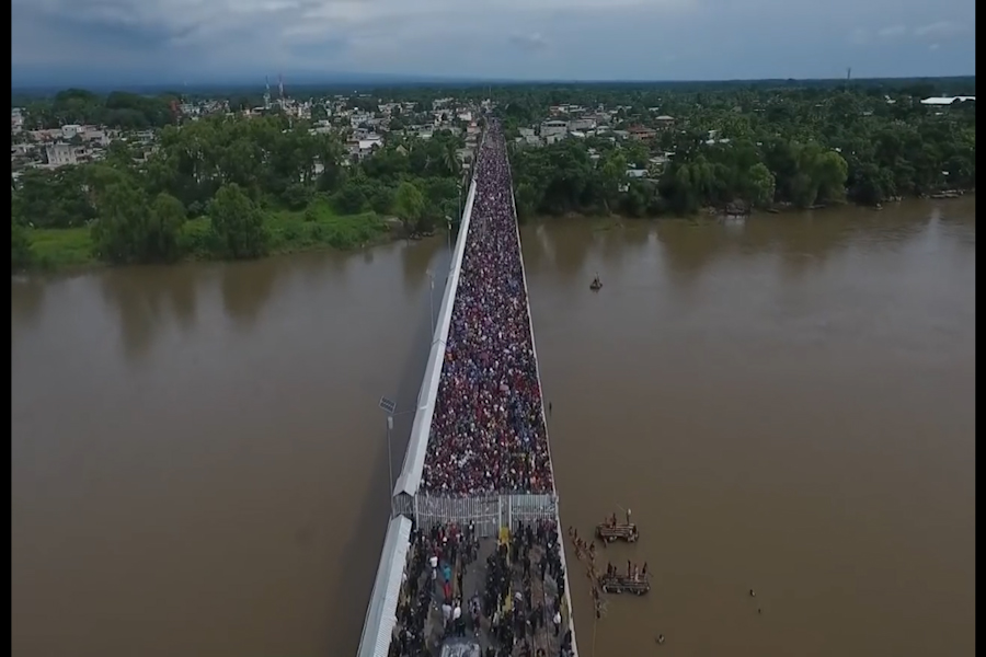 Miles de migrantes hondureños en tensa espera en frontera con México