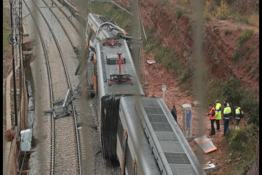 España: un muerto y 49 heridos en descarrilamiento de tren