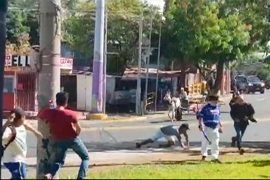 Policía nicaragüense ataca a civiles y periodistas ante protesta