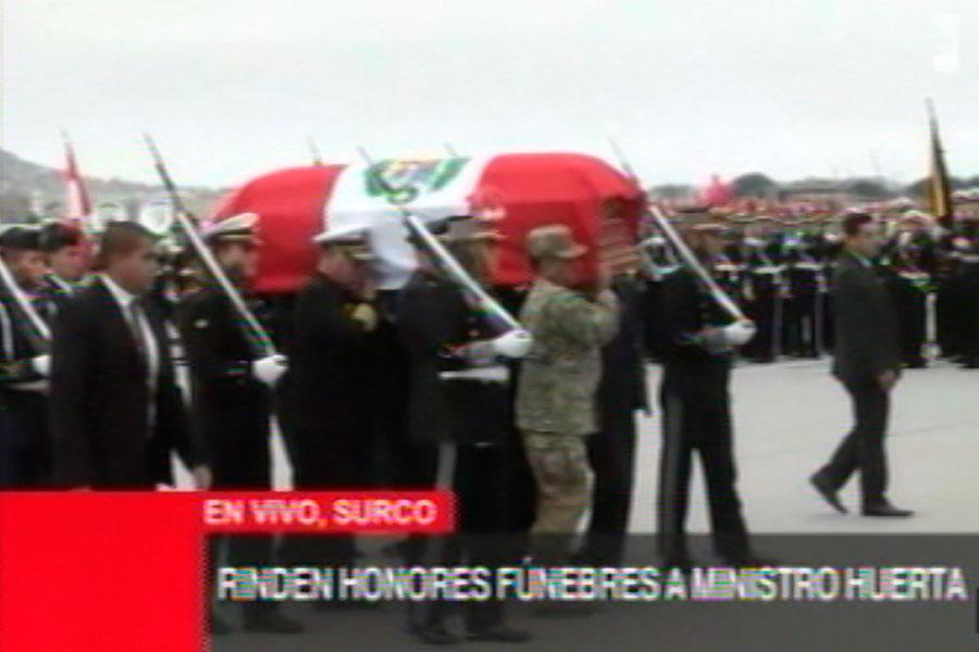 Ministro de Defensa recibe honores fúnebres a su llegada a Base Las Palmas