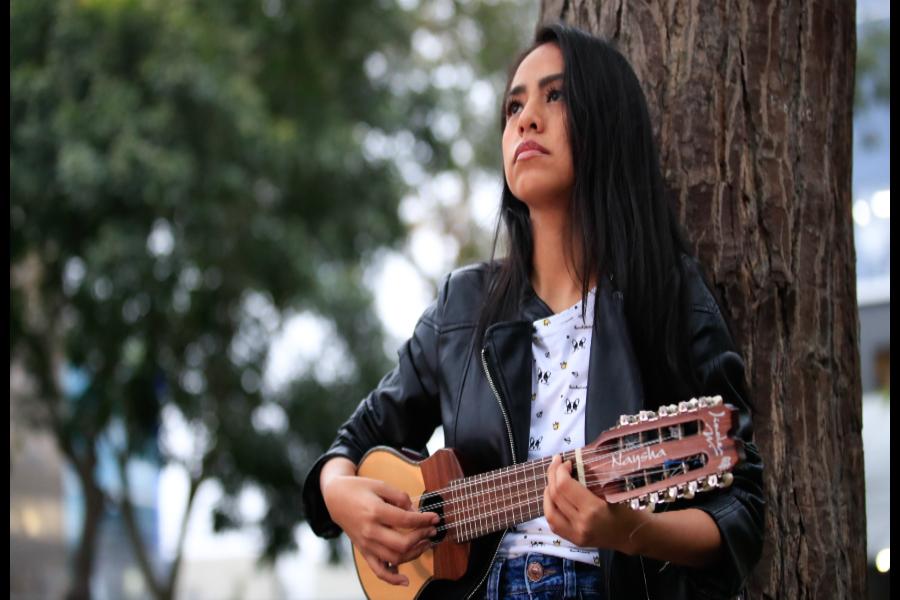 Naysha, la joven que promueve la identidad peruana con su charango