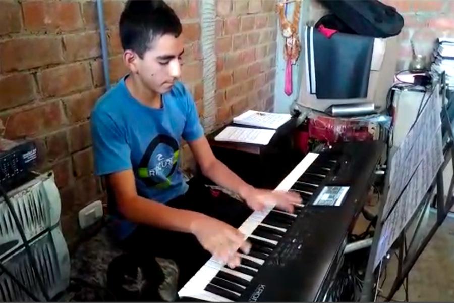 Adolescente Rodolfo Wojty y su gran talento con el piano