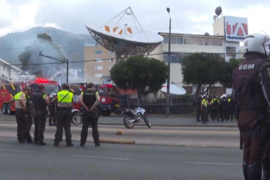 Quito: manifestantes atacaron televisora y periódico