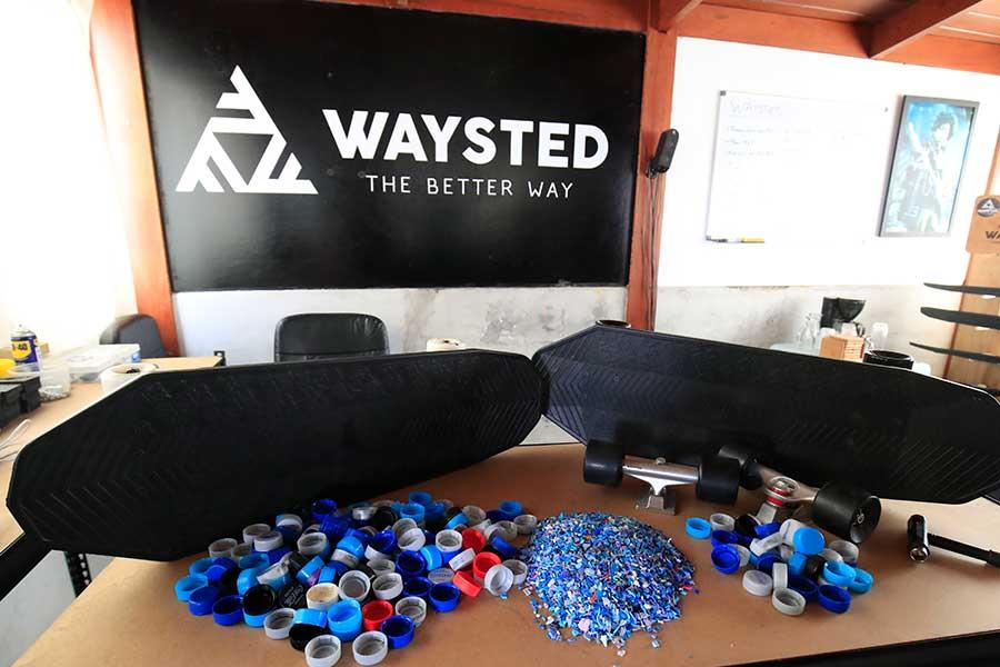 Fabrican skate ecológico con 400 tapitas de plástico