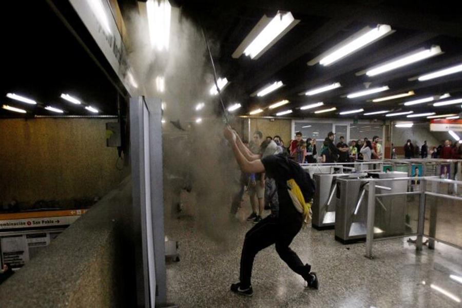 Chile: Suspenden alza del Metro y decretan toque de queda ante protestas