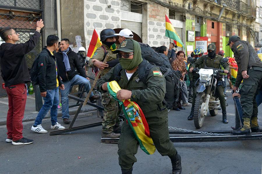 "Bolivia: Policías se amotinan contra Evo Morales, que denuncia golpe ""en marcha"""