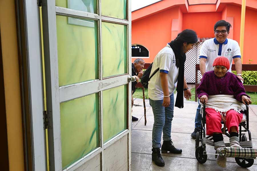 Jóvenes realizan voluntariado en albergue de la Municipalidad de Lima
