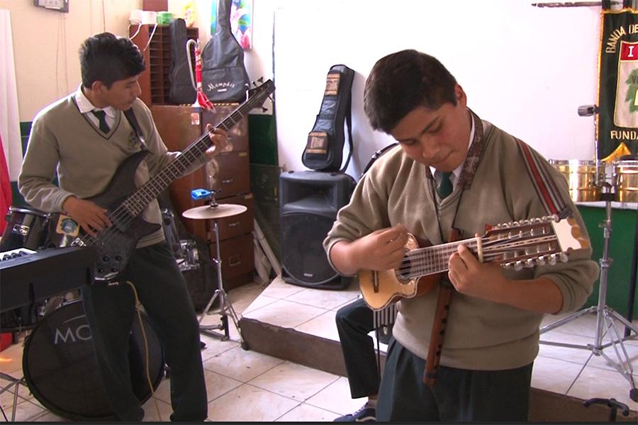 Escolares inspirados en música de Lucho Quequezana son finalistas de los Juegos Florales