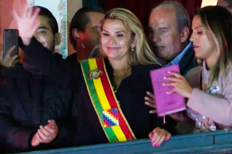 "Áñez se proclama presidenta interina de Bolivia; Morales denuncia ""golpe artero"""