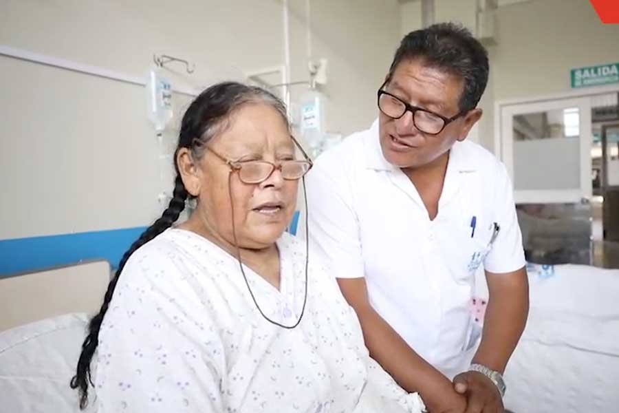 Escucha al médico peruano que canta a sus pacientes