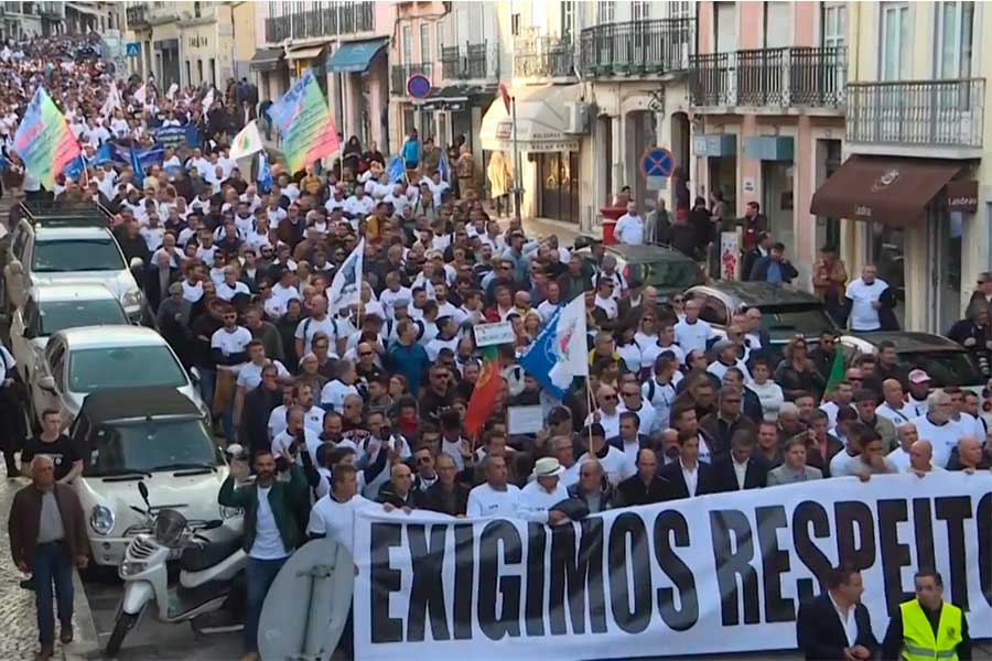 Miles de policías y gendarmes protestan en Portugal