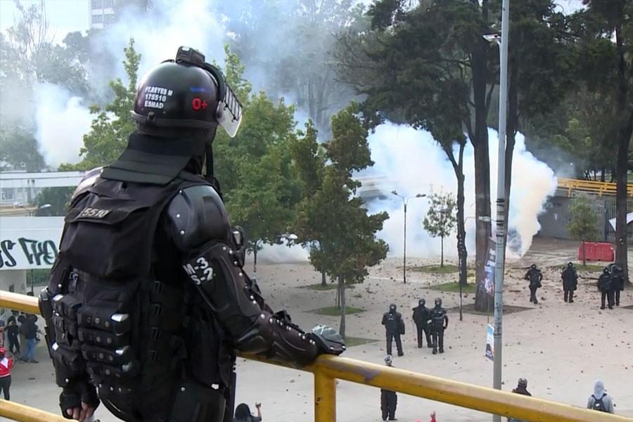 Policías y manifestantes se enfrentan en inmediaciones Universidad Nacional de Colombia