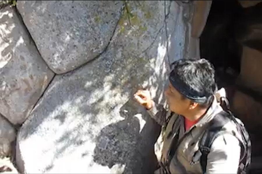 Encuentran una roca de 20 ángulos en Cusco
