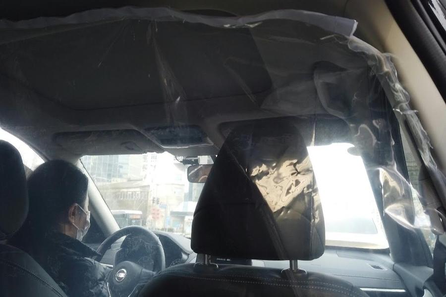 Coronavirus: China instala paneles de plástico en autos para frenar enfermedad