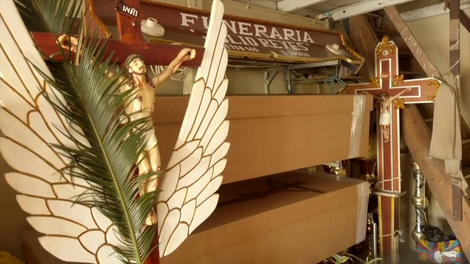 Ataúdes de cartón para los muertos del nuevo coronavirus en Guayaquil