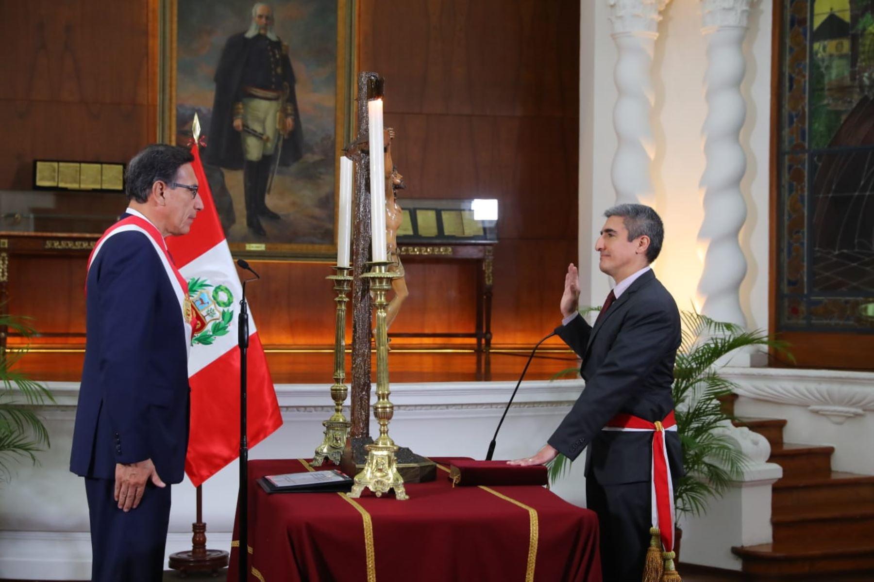 Presidente Vizcarra juramenta a Alejandro Neyra como ministro de Cultura