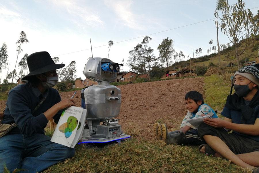 Éxito: profesor crea robot con energía solar para dictar clases en el Vraem