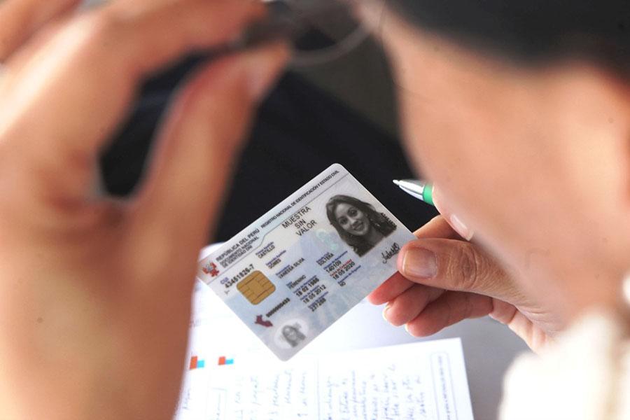Peruanos adultos podrán usar DNI como tarjeta de débito virtual