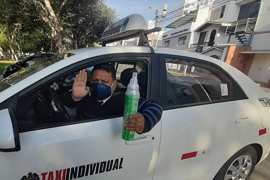 Amir Cotrina: el taxista que lleva oxígeno para ayudar a sus pasajeros