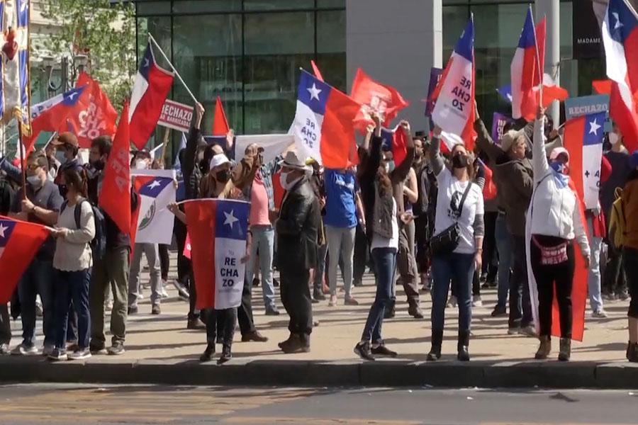 Protestas en Santiago contra una nueva Constitución en Chile