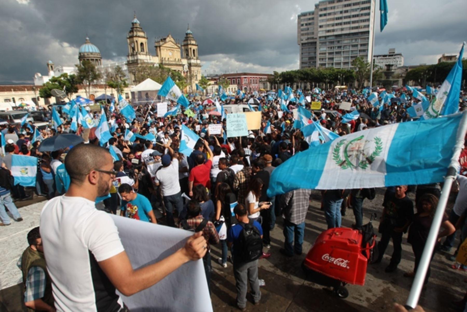 Guatemala mantiene protestas contra el presidente pese a revisión de presupuesto anual