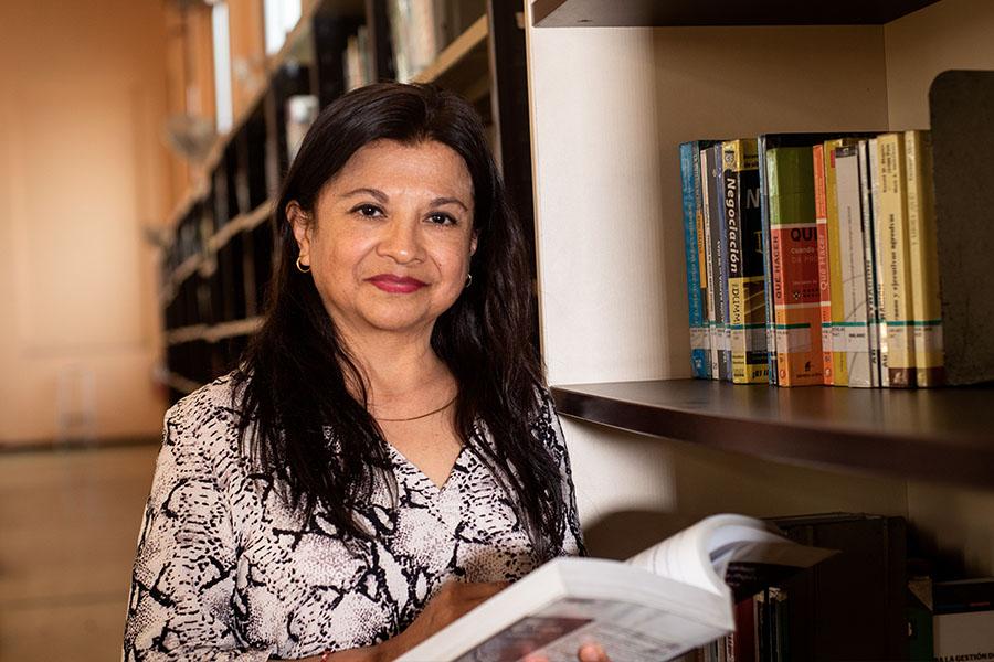 Bibliotecóloga brinda servicios de la Biblioteca Nacional a distancia