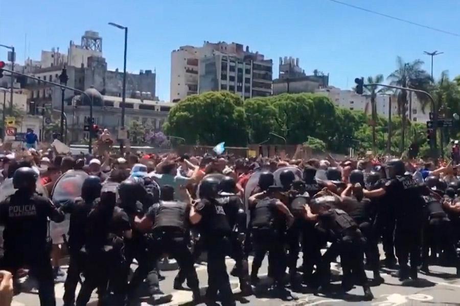 Disturbios durante el último adiós a Diego Armando Maradona