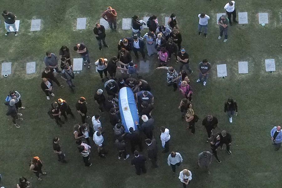Restos de Diego Armando Maradona son trasladados al cementerio con ferviente despedida