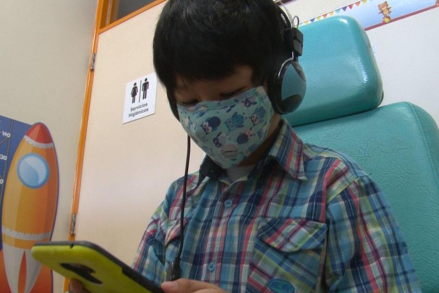 ¡Cuidado con el oído! Mira todo lo que causa el uso de audífonos