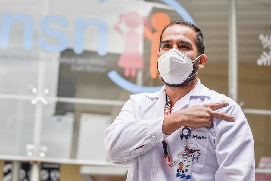 Historias en pandemia: pediatra de UCI covid-19 se vacunó para seguir en primera línea