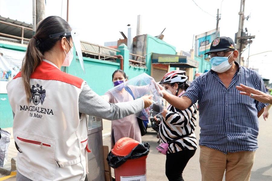 Entregan protectores faciales gratuitamente a vecinos de Magdalena