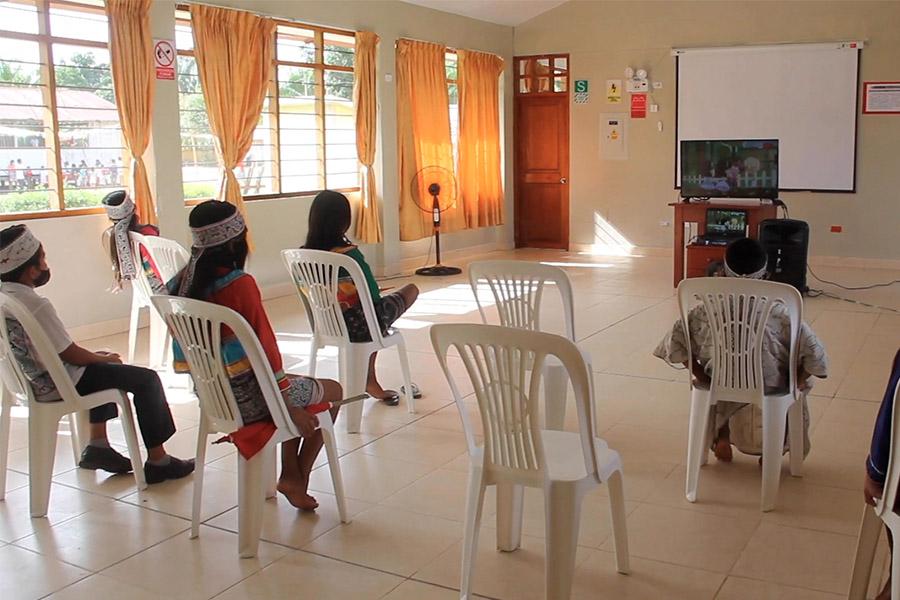 """Niños shipibo-konibo reciben clases con """"Aprendo en Casa"""" desde tambo"""