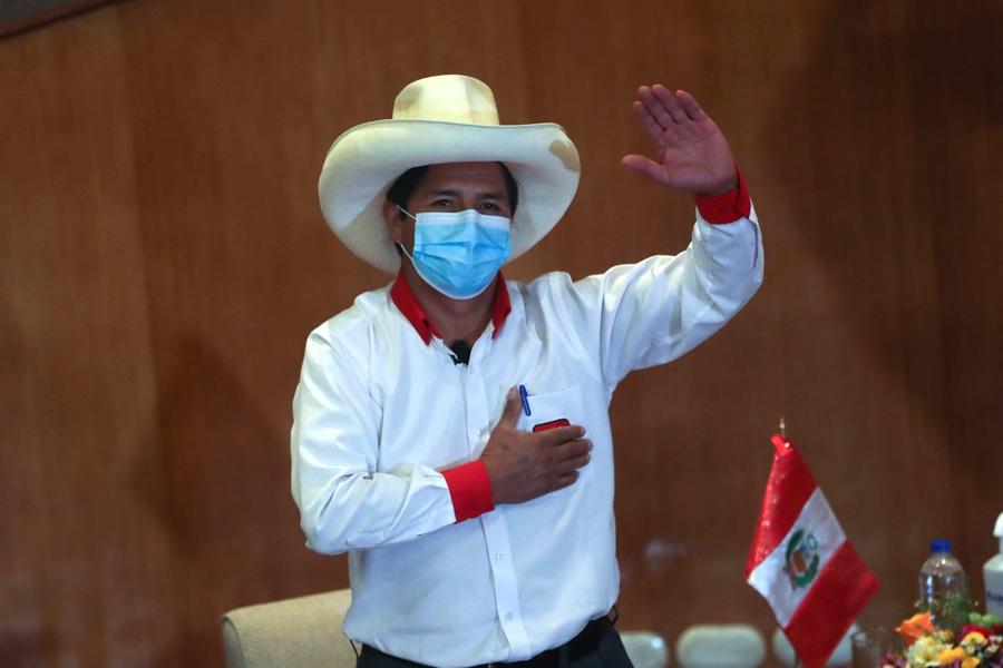 Castillo jura respetar la democracia y los derechos de los peruanos sin privilegios