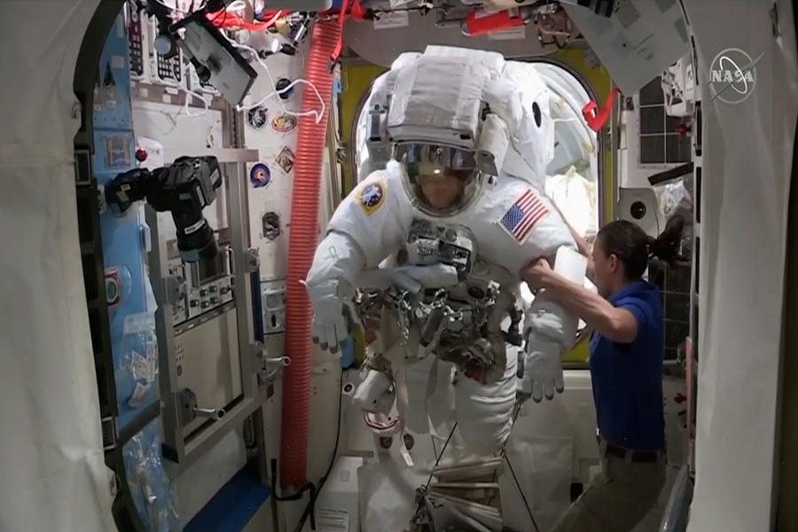 Astronautas vuelven a la Estación Internacional tras caminata espacial