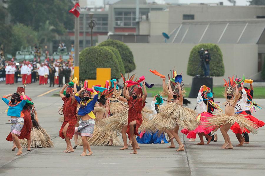 Alegres y coloridos bailes típicos se lucieron en Parada Cívico Militar